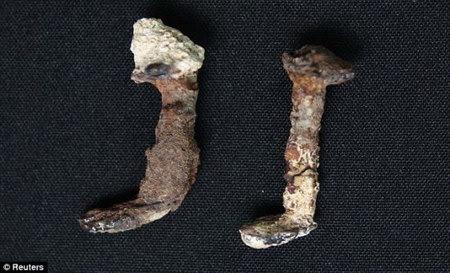 声称发现用于将耶稣钉死在十字架上的两枚钉子.它们是在一座古