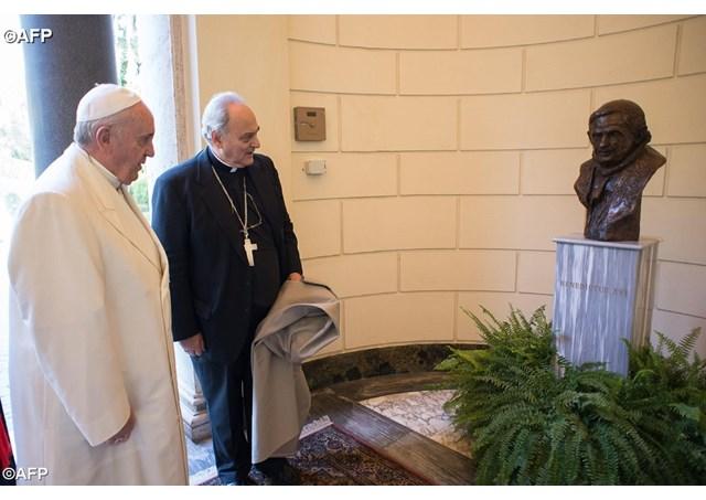 """(梵蒂冈电台讯)教宗方济各10月27日上午为竖立在圣座科学院院址的本笃十六世半身态像主持落成礼,称这位前任是位""""伟大的教宗""""。教宗方济各在这个机会上与出席圣座科学院全体大会的成员一起反思""""大自然的概念"""",激励基督徒科学家使科学进步为全人类服务。"""