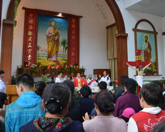 新落成的耶稣肩负十字架铜像高4米,重6吨.