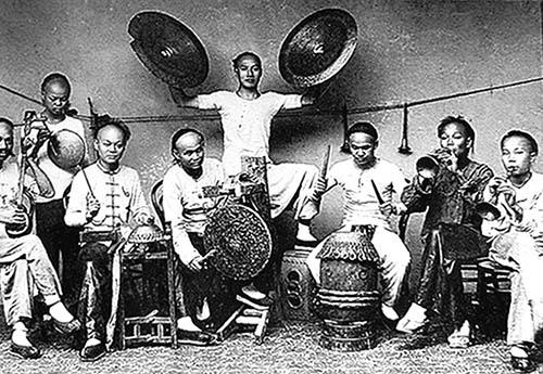 当地人讲这首曲子是元朝忽必烈远征大理的蒙古大军赠送给当地少数民族