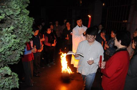 圣周六晚上举行的烛光礼情景.-江西 石城县天主教会举行复活节庆祝...图片 23753 450x298
