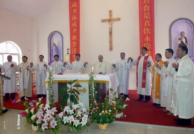 主教和神父们手牵手为遇难同胞祈祷
