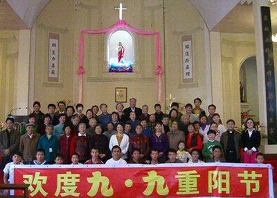 教友们参加了早上八点的弥撒后,在云南省天主教神哲学培训班学生